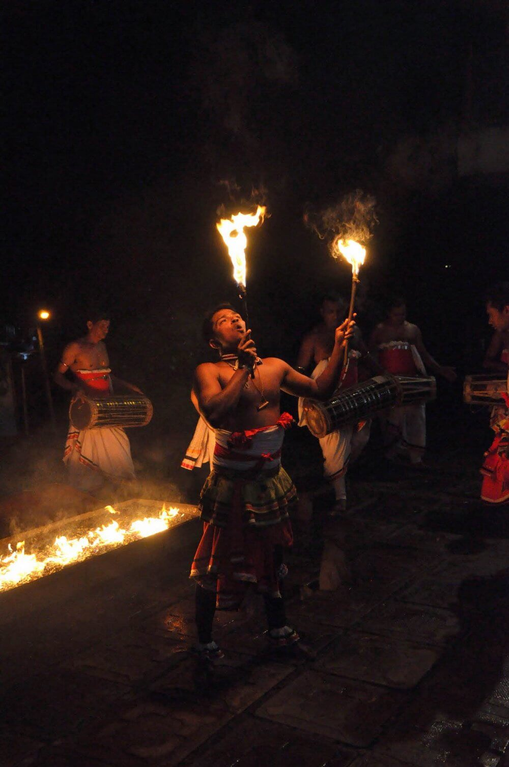 ludowy taniec z ogniem - Kandy Sri Lanka