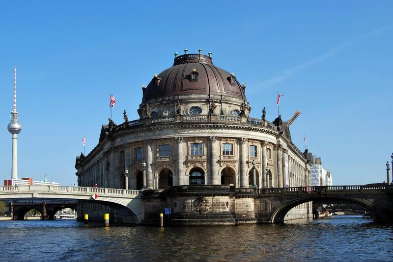 Bode muzeum od strony rzeki