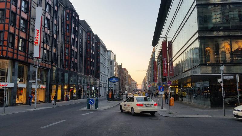 Friedrichstrasse po zmroku