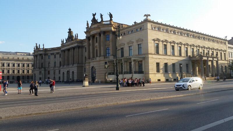 Bebelplatz i Opera przy Unter den Linden