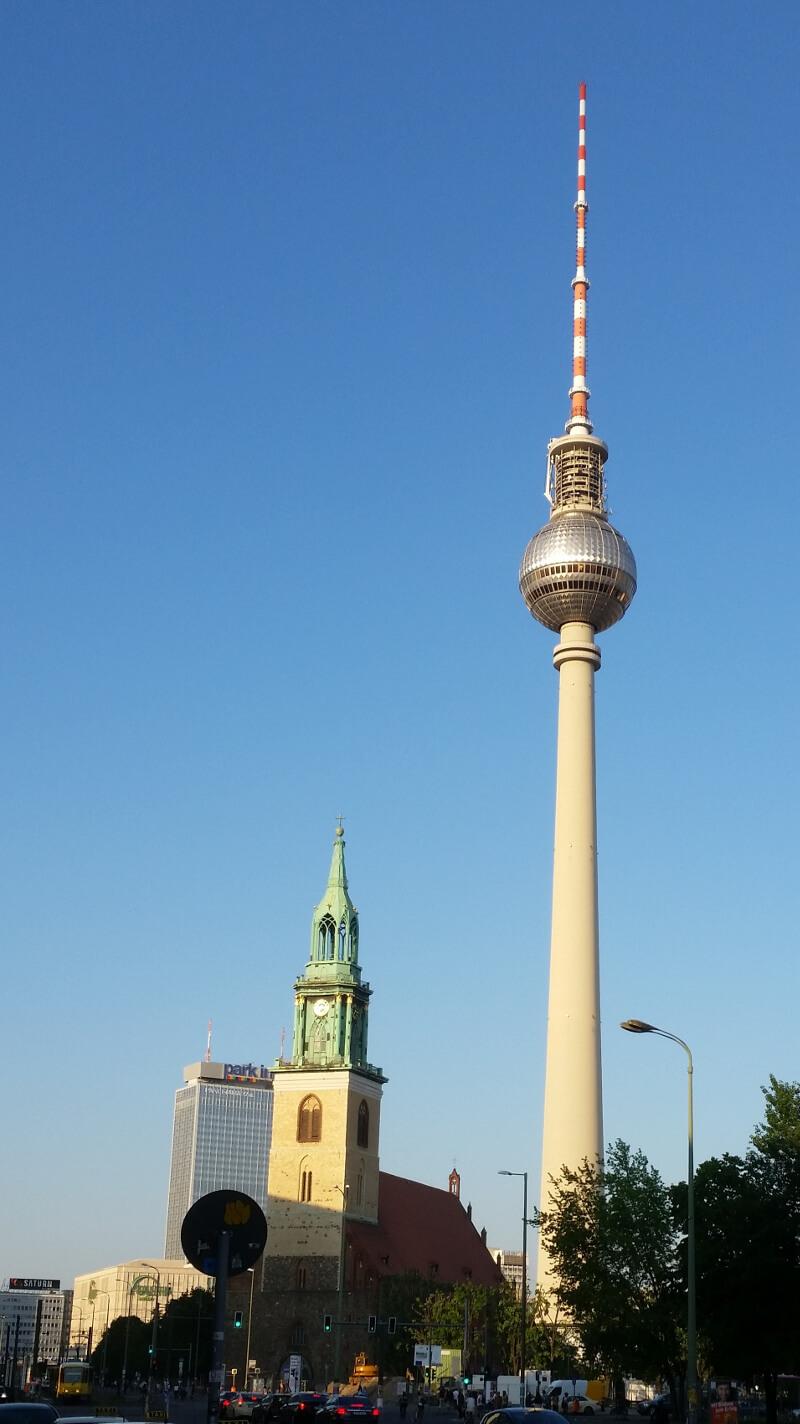 Wieża TV na Alexanderplatz i kościół Mariacki