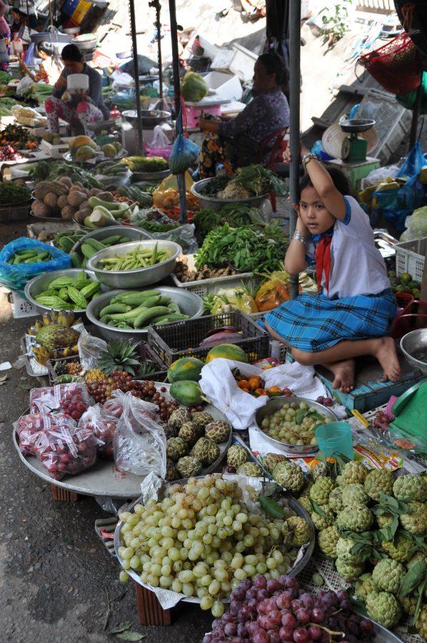 Mała Wietnamka sprzedaje owoce i warzywa