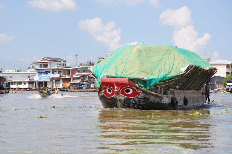 Wietnamska łódź transportująca piasek na cegłę -