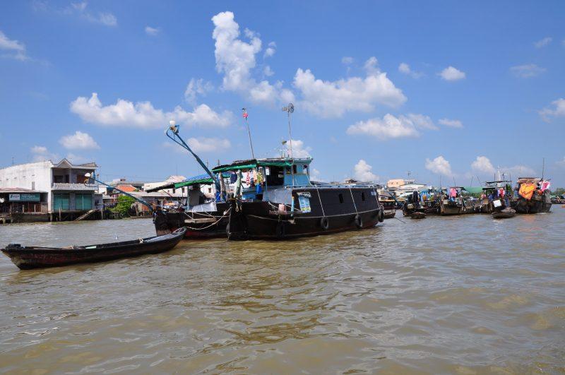 Mała Wietnamka sprzedaje owoce i warzywa - floating market