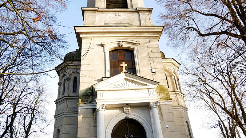 Kościół przed wejściem do zamku w Czersku