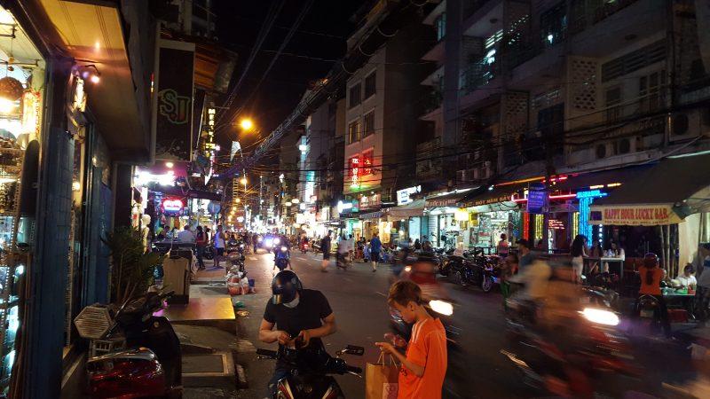Sajgon nocą - jedna z głównych ulic
