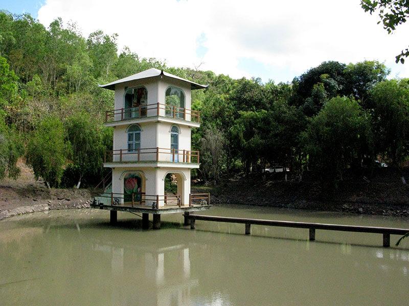 Wodospad Pongour - Wietnam - mała pagoda na wodzie