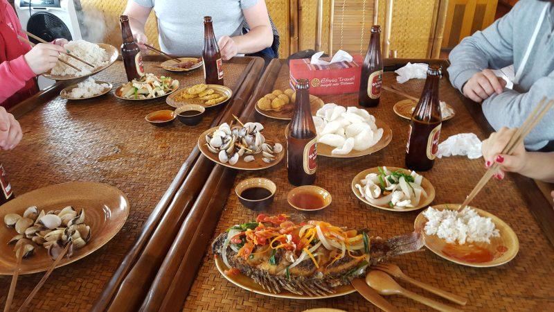 Zatoka Ha Long wietnamskie jedzenie na statku
