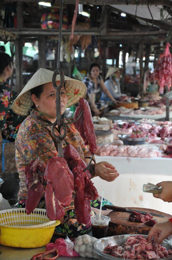 Wietnamka sprzedaje mięso - bazar Delta Mekongu