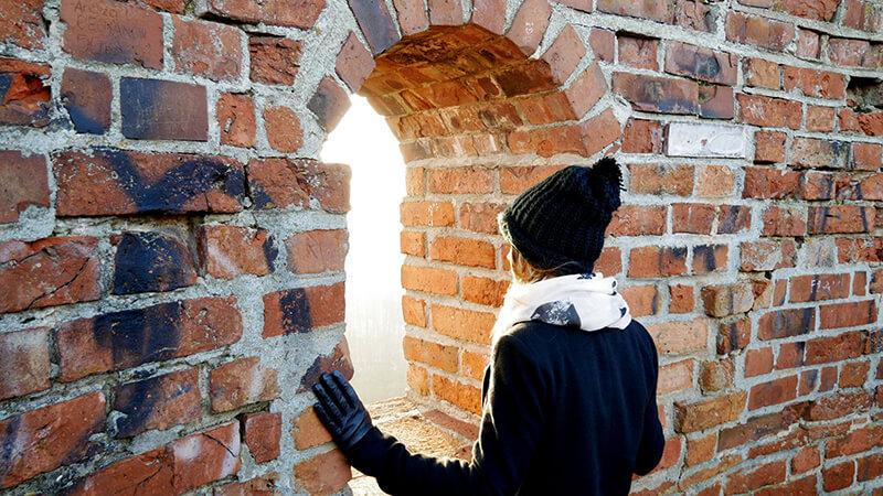 Widok prze okna wierzy - ruiny zamku w Czersku