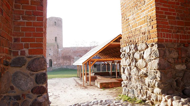 Wejście na patio ruin zamku w Czersku