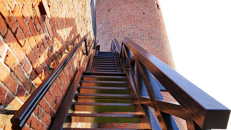 schody na wierzę ruin zamku w Czersku
