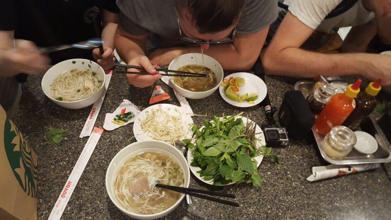 Wietnamska Zupa Pho z dodatkami - Sajgon