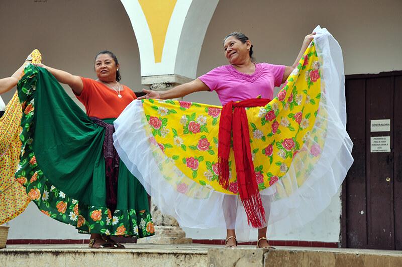 tańczące kobiety - Izamal