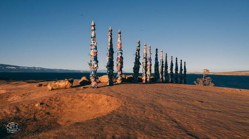 szamanka i szamańskie totemy olchon
