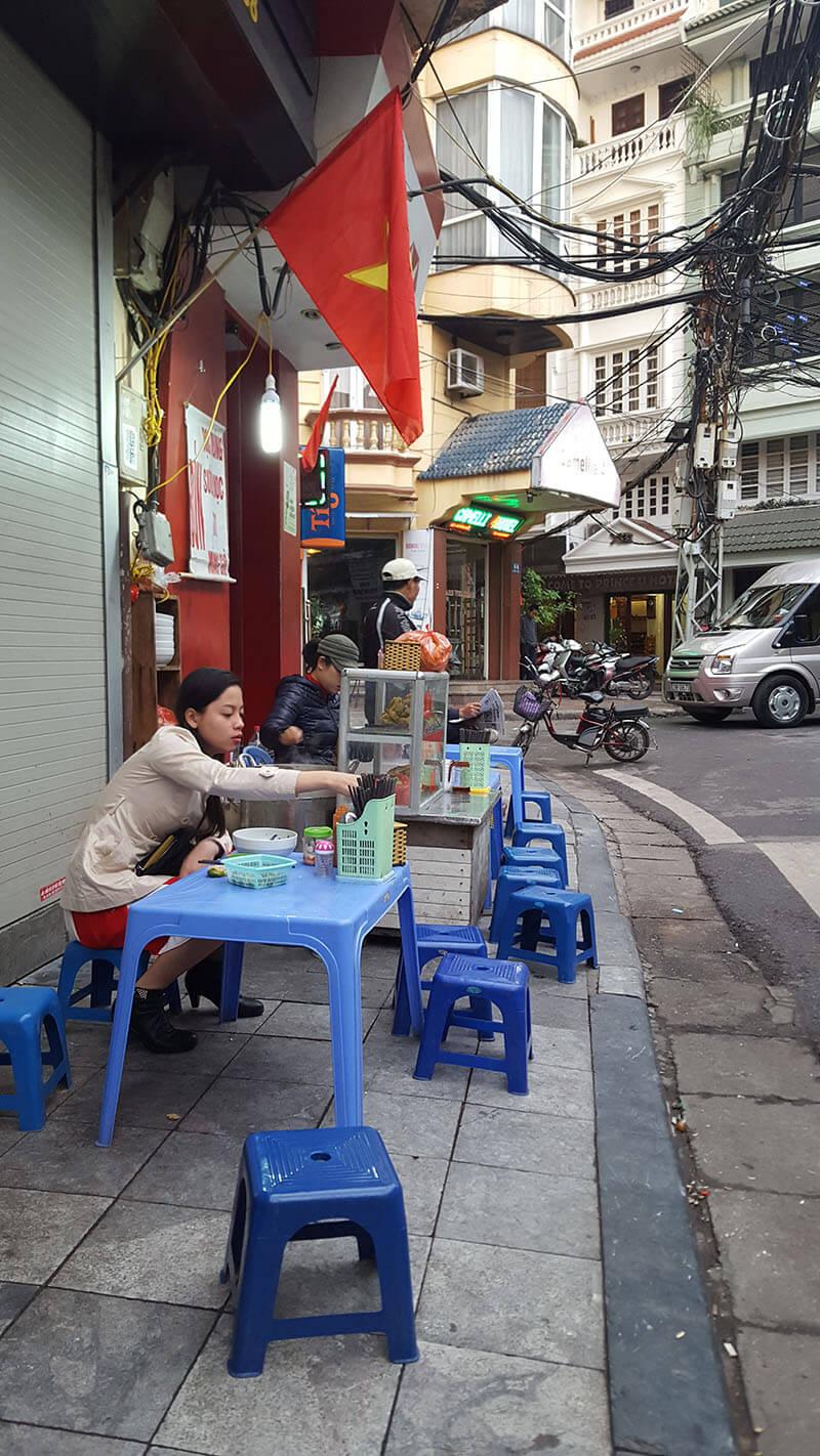 bar na ulicy Hanoi w Wietnamie