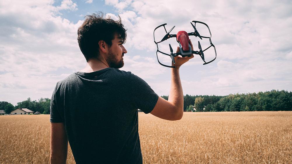 Artur z dronem
