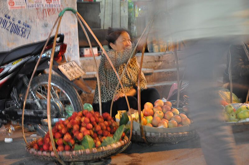 Hanoi kobieta sprzedająca świeże owoce