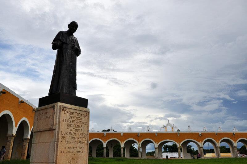 Pomnik-jana-pawla-ii-izamal