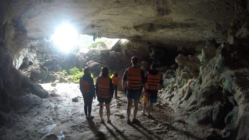 Wietnam - zwiedzanie jaskiń Ha Long