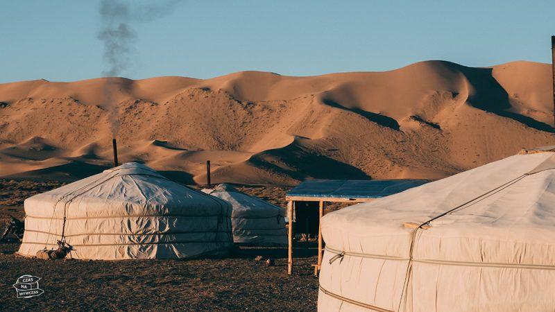 mongolskie jurty na pustyni gobi