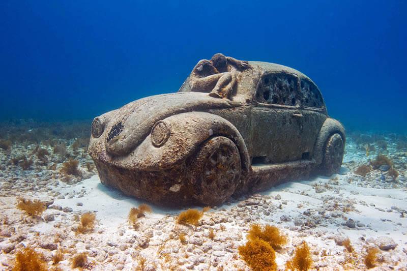 MUSA- podwodne muzeum w Meksyku - samochód - rzeźba