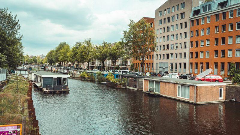 domy na wodzie w Amsterdamie