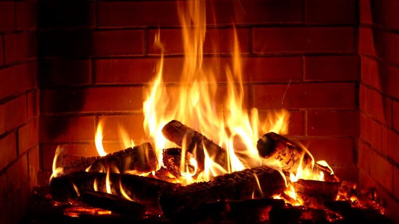 Ogien w kominku