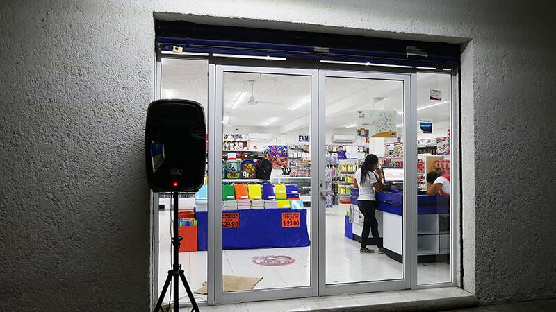 Gośnik przed sklepem w Meksyku