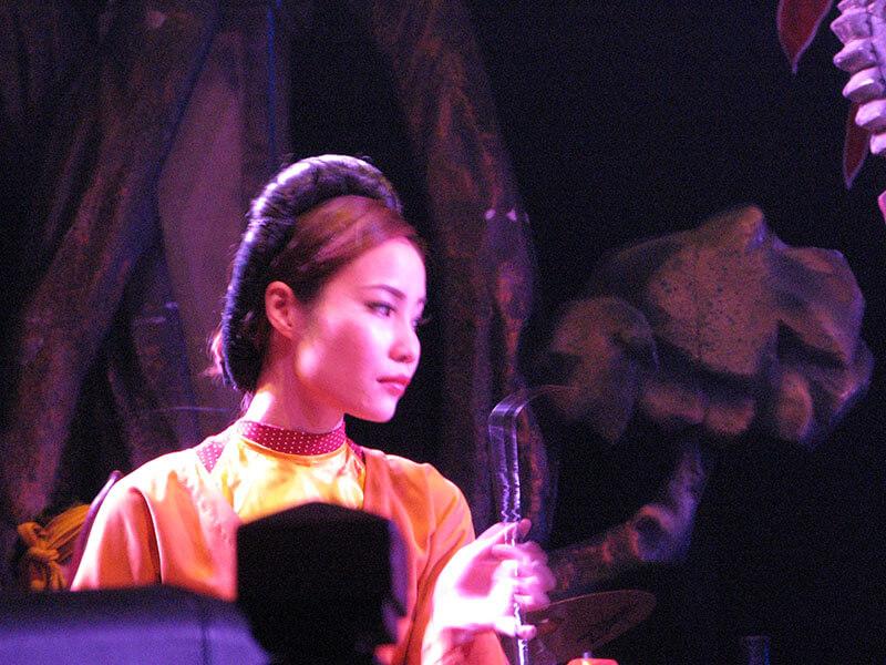 Wodny Teatr Lalek- grająca kobieta - Hanoi Wietnam