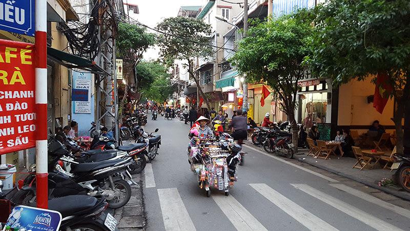 Wietnamska kobieta z gadżetami