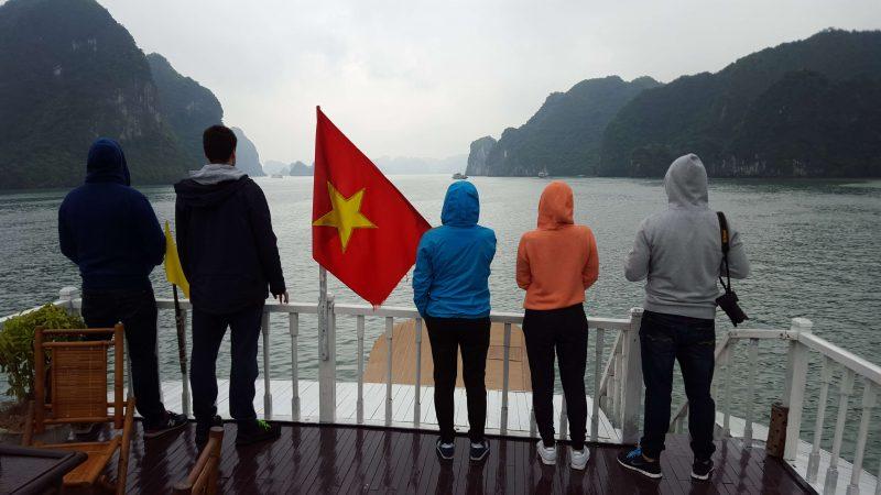 Widok ze statku w tle Zatoka Ha Long
