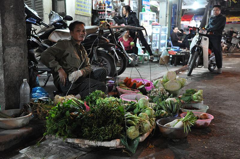 Wietnamczyk sprzedający warzywa