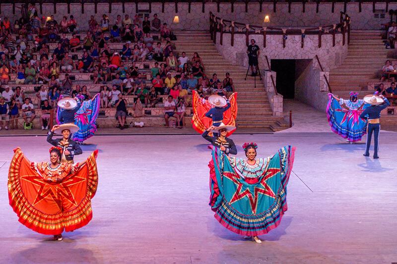 tancerki na pokazie w Xcaret
