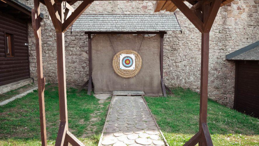 Zamek w Chęcinach - strzelanie z łuku
