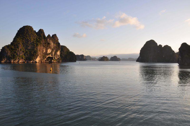 Zatoka Ha Long o zachodzie słońca